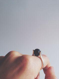 Anillo con perla negra remachado. En plata. 100% hecho a mano!