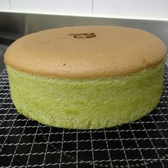 Latest Latest Pandan Sponge cake (adapted from Neo Sook Bee's recipe) Ingredients:- 6 eggs yolks – I used grade B eggs which is about corn oil plain flour Pinch of salt pandan juice coconut milk 6 eggs whites sugar Line the base of an round pan. Sponge Cake Recipes, Best Cake Recipes, Sweet Recipes, Favorite Recipes, Pandan Chiffon Cake, Pandan Cake, Malaysian Dessert, Malaysian Food, Bakery Cafe