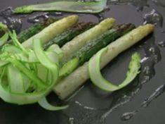 Gratin d'asperges vertes et blanches au parmesan façon Ducasse Alain Ducasse, Parmesan, Chef Recipes, Green Beans, Zucchini, Vegetables, Chefs, Food, Sauce