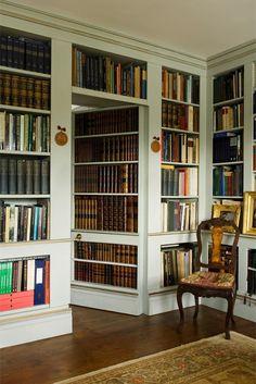 Wall to wall bookshelves with a hidden door | A Casa da Va ᘡղbᘠ