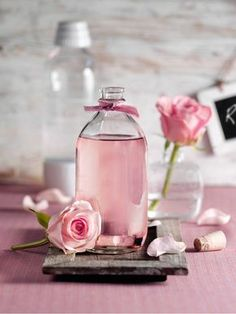 Rosen-Sirup Roses syrup: Ingredients 100 g rose petals (about 6 untreated roses) 375 ml water 500 g diamond syrup sugar Rosa Cocktails, Cocktail Pink, Purple Wallpaper Phone, Body Mist, Diy Food, Cocktail Recipes, Food Hacks, Glass Bottles, Syrup
