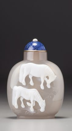 A CHALCEDONY 'HORSES' SNUFF BOTTLE OFFICIAL SCHOOL, QING DYNASTY, MID-18TH / MID-19TH CENTURY