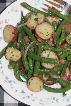 Green Bean and Red Potato Salad - Savory Moments - The month of July is all about summer cookouts, picnics, and barbecues. We're sharing our favorite red, white, and blue patriotic themed recipes to help get you in the of July spirit. Green Beans Red Potatoes, Green Bean Potato Salad, Lemon Green Beans, Green Bean Salads, Red Potato Recipes, Green Bean Recipes, Five Bean Salad, Bacon, Dinner Side Dishes