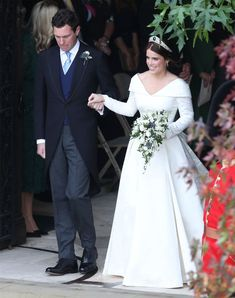 Royal Family Around the World: The Wedding of Princess Eugenie of York to Jack Brooksbank at Windsor Castle on October 2018 in Windsor, England. Princess Wedding Dresses, Wedding Gowns, Wedding Day, Wedding Photos, Princess Beatrice Wedding, Wedding Ceremony, Wedding Flowers, Royal Brides, Royal Weddings