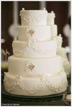 Elegante torta de bodas blanca y dorada.