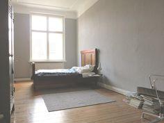 Schlafzimmer in grau und weiß in großer und heller 2-Zimmer-Wohnung in Berlin - Neukölln.