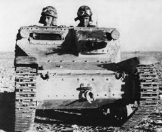 Ce cliché de un L 3/35 du 32° rgt de la Ariete en Afrique du Nord donne une bonne idée des dimensions du char léger italien. Pin by Paolo Marzioli