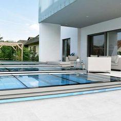 Super Flache Pool Überdachung Die Sich Bei Modernen, Architektonischen  Bauten Harmonisch In Das Gesamtbild Integriert