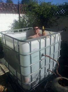 Outdoors Discover IBC Hot Tub - one inventive Edge Transport driver converts an old IBC (Individual Bulk Container) into a personal hot tub! Jacuzzi, Domov A Zahrada Outdoor Tub, Outdoor Baths, Outdoor Bathrooms, Jacuzzi, Outdoor Projects, Home Projects, Douche Camping, Piscine Diy, Inventions