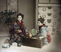 火鉢 -- 【タイムスリップ】幕末から明治へ「1800年代末の日本」の臨場感あふれる写真たち