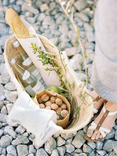 Casual At Home Engagement Session by Kseniya Bunets Photography Picnic Time, Summer Picnic, Picnic Parties, Family Picnic Foods, Beach Picnic Foods, Vintage Picnic Basket, Picnic Baskets, Romantic Picnics, Romantic Dinners