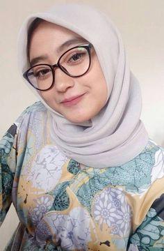 rock inn's media content and analytics Modest Fashion Hijab, Casual Hijab Outfit, Ootd Hijab, Hijab Chic, Arab Girls Hijab, Girl Hijab, Muslim Girls, Muslim Women, Beautiful Hijab