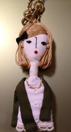 ※この商品はオーダー品となりますサイズ(約)・・・チャーム部分12cm 人形部分 縦11cm 横4cm(約)素材・・・・刺繍糸 コットン フェルト ...|ハンドメイド、手作り、手仕事品の通販・販売・購入ならCreema。