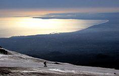 ÄTNA-SKI Vulkane für Skifahrer: Brettern, wo es brodelt Mordsabfahrten und Schneevergnügen am Ätna: hier führen Skipisten die Flanken vom Vulkan hinab. Das Wort Vulkan weckt Assoziationen an glühende Lava, Feuerfontänen und fliegende Felstrümmer. Aber viele Vulkane sind auch prädestinierte Skiberge, denn die ebenmäßigen Flanken der Giganten bieten lange Hänge, grenzenlose Aussicht und den Reiz unberechenbarer Naturgewalten. Da Vulkane meist einsam in den Himmel ragen, treffen Wolken mit…