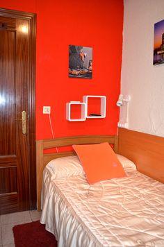 Habitación individual con tele y WiFi gratis // Private single room with TV and free WiFi