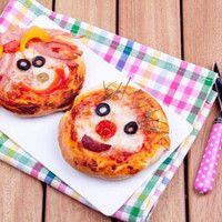 Lustige Mini Pizzen http://www.kochgourmet.com/lustige-mini-pizzen-1585.html