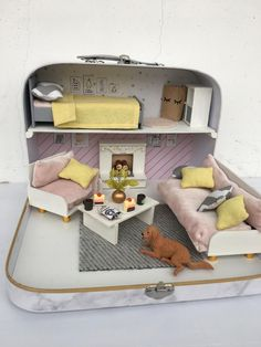 Dollhouse Travel dollhouse in a Suitcase Modern Miniature Etsy Modern Dollhouse, Diy Dollhouse, Dollhouse Miniatures, Miniature Rooms, Miniature Houses, Barbie Furniture, Dollhouse Furniture, Coffee Table Fireplace, Cute Suitcases