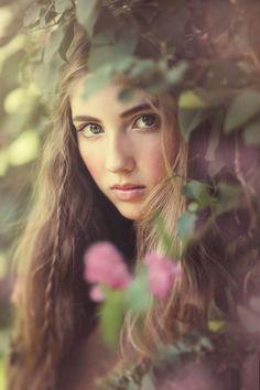 cachée derrière des fleurs