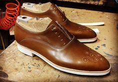 Chaussure en cuir, semelle gomme.