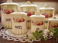 Antique kitchen canisters - I adore these! Rose Cottage, Shabby Chic Cottage, Shabby Chic Decor, Vintage Canisters, Kitchen Canisters, Vintage Tins, French Kitchen, Vintage Kitchen, Spice Set