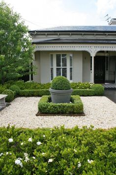 Front Yard Garden Design 48 Amazing Front Yard Design Ideas that Makes You Never Want to Leave Landscaping Along Fence, Courtyard Landscaping, Landscaping Ideas, Front Courtyard, Patio Ideas, Hydrangea Landscaping, Front Yard Garden Design, Formal Garden Design, Court Yard Garden Ideas
