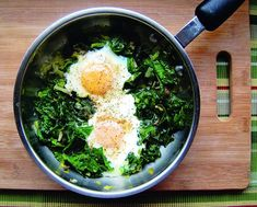 These Skillet Poached Eggs with Spinach are meatless, dairy-free, gluten-free, and yet packed with protein and piquancy. Spinach Egg, Spinach Recipes, Whole 30 Breakfast, Eat Breakfast, Breakfast Ideas, Stevia, Cheap Healthy Dinners, Simple Meals, Healthy Gourmet