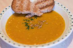 Scopri la ricetta della vellutata di zucca e lenticchie rosse! - Ti devo dire una cosa, sono amante delle zuppe. In Repubblica Ceca in inverno fa così freddo che gli uccelli si congelano mentre volano...no vabbe, sto scherzando, ma comunque fa freddo.
