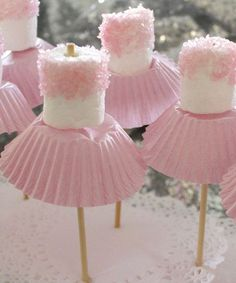 How cute are these MARSHMALLOW BALLERINAS via The Pretty Baker. Perfect for kids…