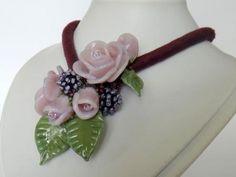 """Deze """"Colorful necklace"""" is gemaakt met een gevuld zijden koord in de kleur paars/bordeaux, de dikte van het koord is +/- 9mm. Op het koord zitten 2 grote rozen in een hele lichte tint paars/roze. Tussen deze rozen zitten nog 3 rozenknopjes en 2 besjesbolletjes, verder is het geheel afgemaakt met groene blaadjes en tussen dit alles zitten roccailles verwerkt. De lengte van het koord inclusief eindkapjes slotje is ongeveer 45cm.  Kortom een unieke ketting waar maar 1 exemplaar van bestaat!! Panna Cotta, Necklaces, Ethnic Recipes, Food, Dulce De Leche, Chain, Meals, Wedding Necklaces, Yemek"""