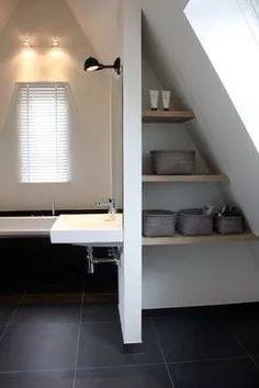 een klein stukje wand tussen douche en bad (rest glas) en daar dan planken in...