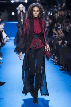 Elie Saab mistura ciganos, anos 70 e grunge no inverno 2017 - Vogue | Desfiles