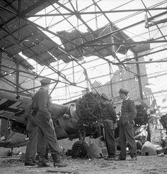 Des officiers alliés examinent un avion endommagé de la Luftwaffe dans un hangar à Carpiquet.