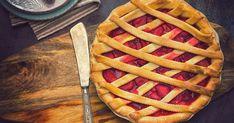 Jednoduché krehké cesto ukrýva čerstvé jahody srozpájajúcim sa cukrom. Famózna záležitosť! Apple Crumble Pie, Sour Orange, Blackberry Pie, Buttermilk Pie, Tomato Pie, Southern Dishes, Pi Day, Butter Pie, Take The Cake