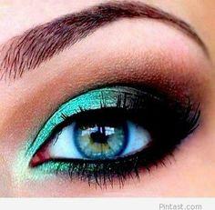 Blue eye makeup with bkack for blue eyes