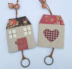 Enregistrer les touches home Diy Crafts Life Hacks, Diy And Crafts, Arts And Crafts, Fabric Crafts, Sewing Crafts, Sewing Projects, Felt Keychain, Craft Stalls, Key Covers