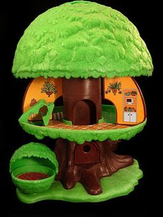 I had this tree house.  I loved it so much.  One of my top favs.  It came with a mom, dad, little blonde boy, red headed girl and a white dog with black spots and a car you could park in the garage (located on the other side of the tree.  Reminiscing my 80s Toys! :)