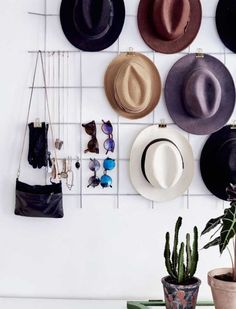 Use a metal grid to hang hats, bags, sunglasses, and other accessories. Diy Hat Rack, Hat Hanger, Wall Hat Racks, Hat Hooks, Hat Organization, Organizing Hats, Hat Shelf, Hat Storage, Storage Ideas