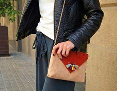 ¡El poder hipnótico de los colores energy te conquistará! Photo: @stylebybru  #moda #fashion #streetstyle #complementos #lookoftheday #outfit #fashionstyle #bloggeras #primavera #bolsos