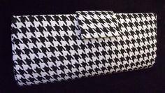 Bolsa estilo carteira, produzida em cartonagem artesanalmente. Revestimendo externo de tecido 100% algodão, estampa pied de coq em branco e preto; revestimento interno 100% algodão, floral estilizado nas cores preta e branca. Fechos internos tipo botão com imã e aba central externa com velcro(opcional imã).   Valor R$ 40,00 (depósito em conta) ou R$ 45,00 (demais formas de pagamento) + frete.  Contato: estudiocollore@yahoo.com.br  Informações do Produto Disponível: 0 unidade(s) - aceita…