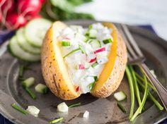 Heiße Ofenkartoffel mit frischem Radieschen-Gurken-Dip