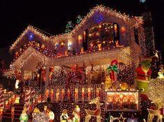 Prachtige kerstversiering op een woonhuis