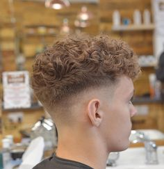 39 Fresh Hairstyles for Men's ! Latest Haircuts Men's Update 2019 - Eazy Vibe : 39 Fresh Hairstyles for Men's ! Latest Haircuts Men's Update 2019 Curly Hair Cuts, Curly Hair Styles, Curly Man Hair, Curly Bob, Curly Girl, Permed Hairstyles, Cool Hairstyles, Mens Short Curly Hairstyles, Fringe Hairstyles