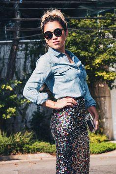 LOOK-DIA-CAMISA-JEANS- camisa jeans - coisas -DAS-TRES-SAIA-PAETE-ROUND-SUNGLASSES