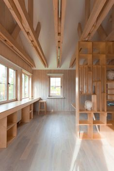 ruetemple transforms garage in moscow into a studio for an architecture student Workshop Studio, Workshop Design, Wood Workshop, Dream Studio, Home Studio, Art Studio Room, Architecture Student, Interior Architecture, Interior Modern