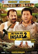 İnşaat 2 filmi 10 yıl önce Şevket Çoruh ve Emre Kınay ın başrollerini paylaştığı birinci filmin devamıdır. Film de arkadaş canlısı,dost ve iyi niyetli kişileri oynayan ikilinin başına gelmeyen kalmamaktadır.