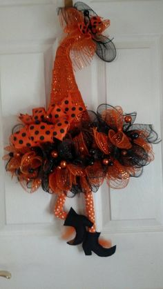 Classics, design or trend: the lights for the interior of the house adapt to your decor. It's up to you to choose the one that will meet all your expectations! Halloween Tulle Wreath, Witch Wreath, Halloween Door Decorations, Halloween Skull, Halloween Crafts, Halloween Magic, Halloween Witches, Halloween Ornaments, Homemade Halloween