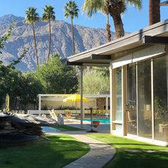 Along with Frank Sinatra's Movie Colony home, the Koerner house in Palms Springs is one of a handful of private residences designed by the great mid-century modern architect E. Stewart Williams, who seldom took commissions of this sort. Mid Century House, Mid Century Style, Mid Century Design, Palm Springs Mid Century Modern, Modern Architects, Modern Exterior, Exterior Homes, Exterior Design, California