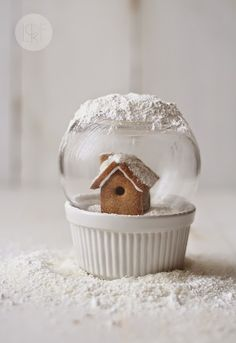 edible snow globe - The holiday season is all about giving and one of the perfect focal points for this act of kindness is the stomach; enter the edible snow globe. Christmas Gingerbread, Noel Christmas, Christmas Goodies, Christmas Baking, Winter Christmas, All Things Christmas, Gingerbread Cookies, Gingerbread Houses, Holiday Treats