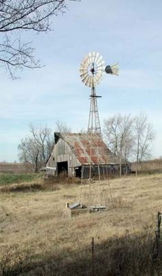 Old Farm Barn & Windmill By Old Well! Love this rustic old barn and windmill! Farm Windmill, Wooden Windmill, Windmill Art, Old Windmills, Barn Pictures, Country Barns, Country Living, Country Roads, Old Farm Houses