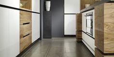 strakke keuken|greeploze keuken hout|olijfhout keuken|keukenkraan mooi aanrechtblad|vitrinekast keuken|strak kookeiland